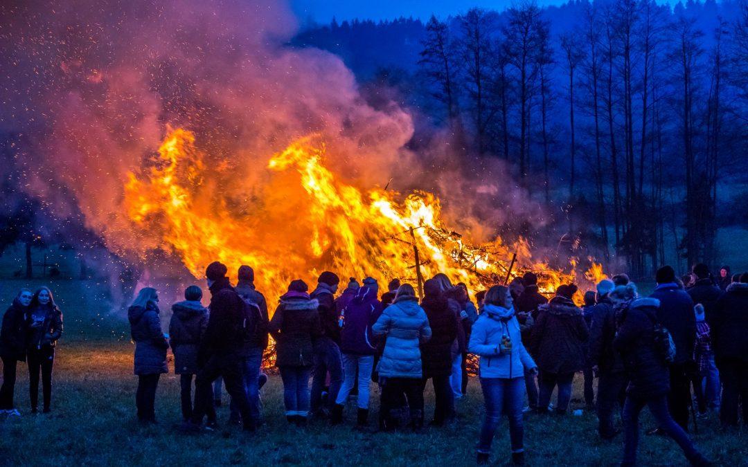 Beim traditionellen Osterfeuer in Hasbergen