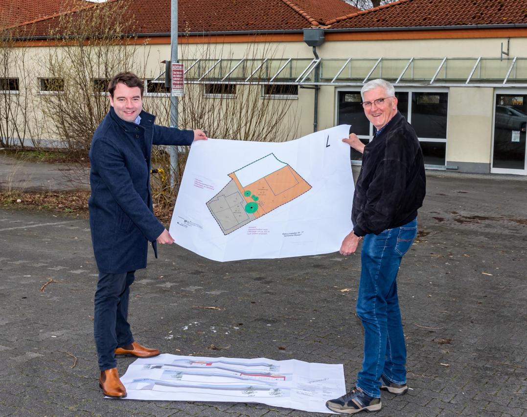 Hardy Fischer (rechts) und Bürgermeisterkandidat Adrian Schäfer haben bei einem Ortstermin am alten Jibi-Markt auch die Planungen aus 2017 und 2019 besprochen