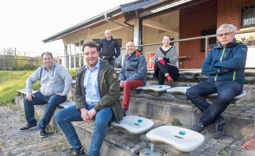 Vor Ort bei der Spielvereinigung Gaste-Hasbergen: Adrian Schäfer besichtigt die Renovierungsarbeiten am Gaster Sportplatz