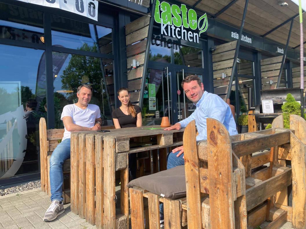 V. l. n. r.: Lars Brauer, Lisa Brauer und Bürgermeisterkandidat Adrian Schäfer
