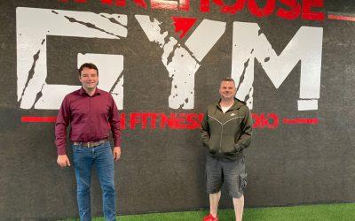 Bürgermeisterkandidat Adrian Schäfer besucht WarehouseGym in Gaste