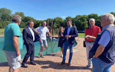 Innenminister Boris Pistorius und Bürgermeisterkandidat Adrian Schäfer besuchen das Hasberger Naturbad