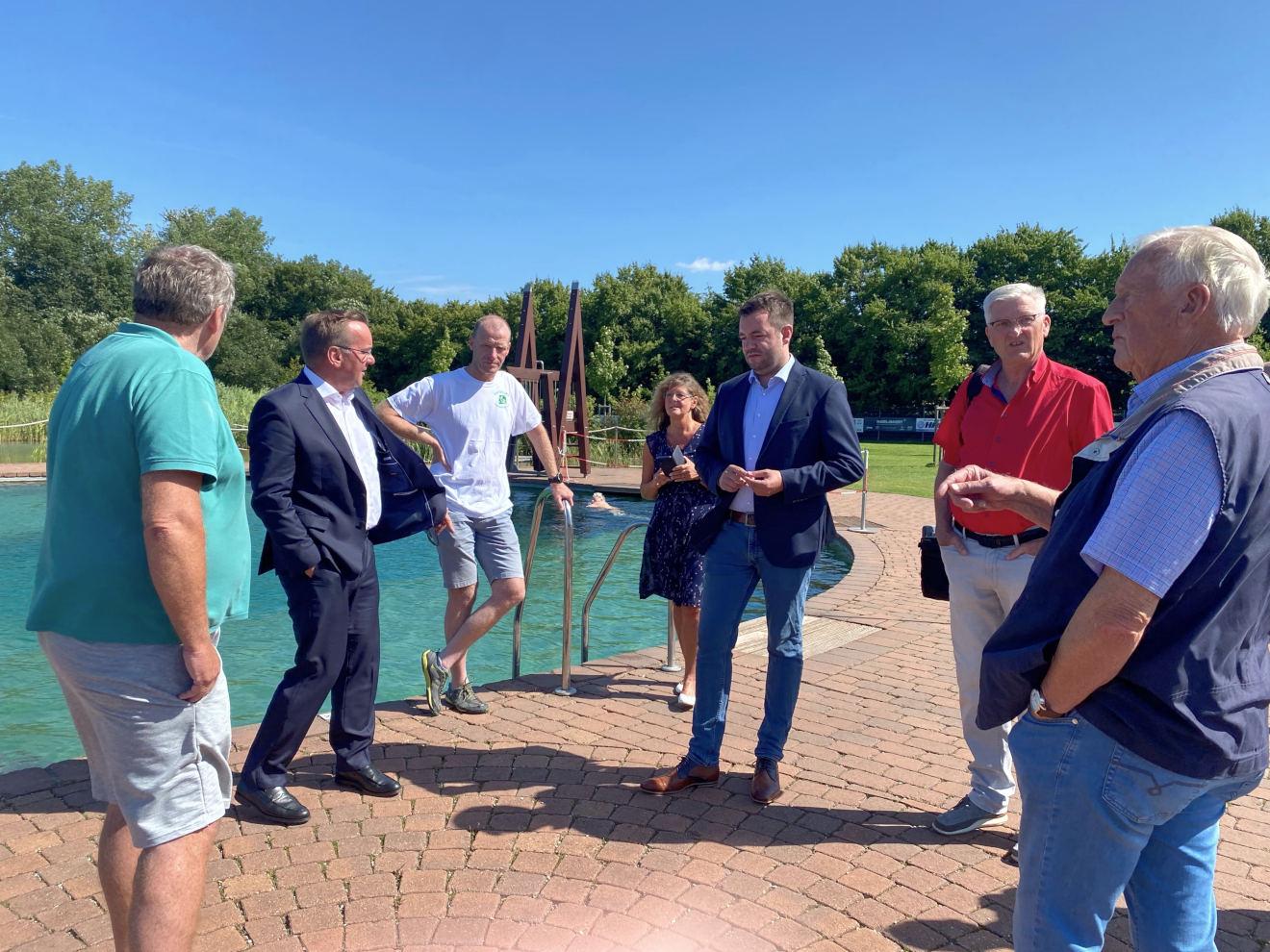 V. l.: Jörg Viere, Innenminister Boris Pistorius, Christoph Schürmann, Elke Viere und Bürgermeisterkandidat Adrian Schäfer